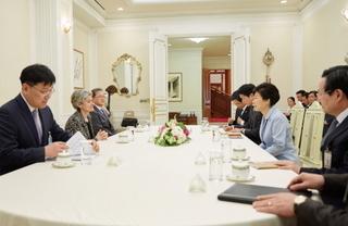 20150519 ユネスコ事務局長と会見する朴槿恵.jpg