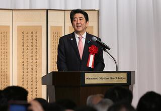 20150622 01 東京の記念行事であいさつする安倍首相.jpg