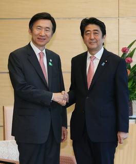 20150622 炳世(ユン・ビョンセ)韓国外交部長官と握手する安倍総理.jpg
